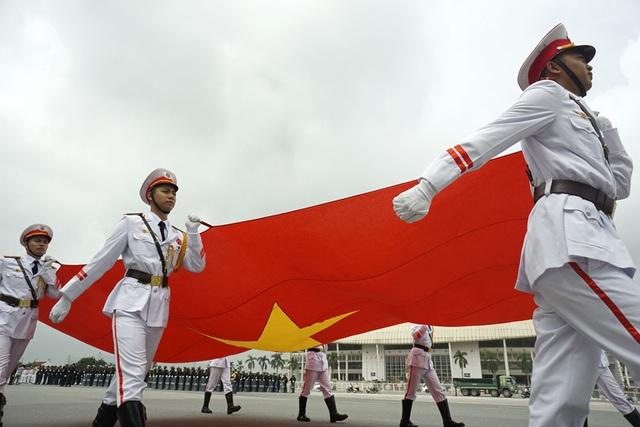 Dẫn đầu đoàn diễu binh, diễu hành là Quốc kỳ nước Cộng hòa xã hội chủ nghĩa Việt Nam.