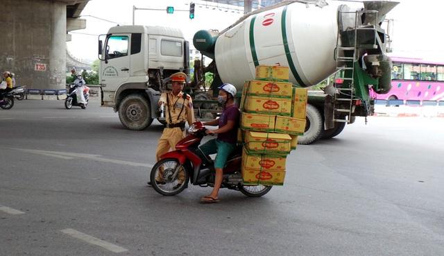 Các xe máy chở hàng cồng kềnh cũng bị xử lý nghiêm.