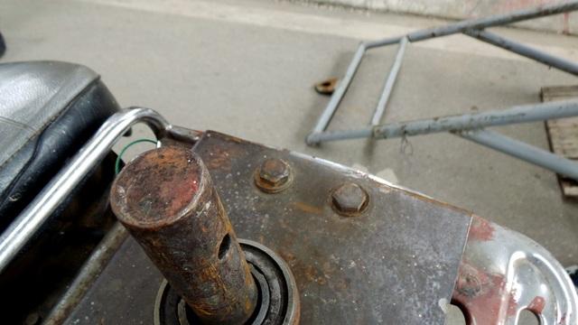 Phần chốt đấu nối được thiết kế rất sơ sài, dễ gây nguy hiểm khi xe tham gia giao thông.