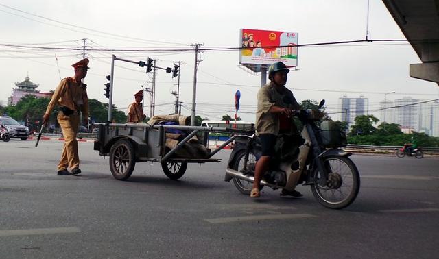 Nhiều xe máy cũ nát được chế thành xe kéo, kéo theo các xe cải tiến chở hàng.