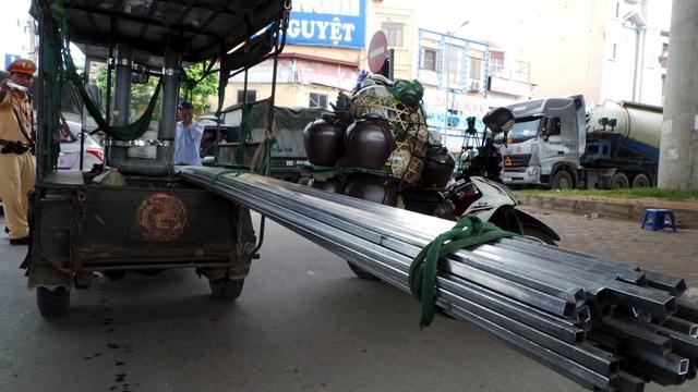 Chiếc xe ba bánh chở sắt hộp dài tới 6 m, thò đầu, thò đuôi, gây nguy hiểm cho các phương tiện khác cùng lưu thông.