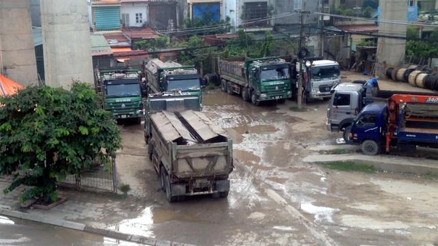 Đoàn xe ma tập kết dưới chân cầu Thăng Long trước khi đi đổ bùn thải.