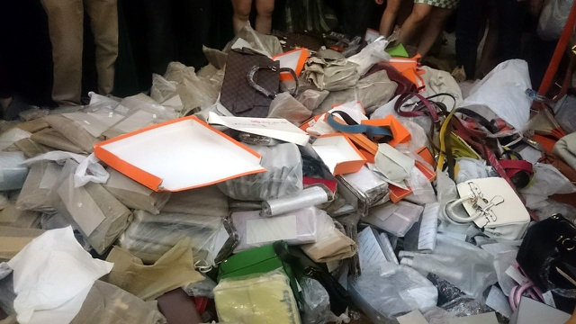 Hơn 2.000 sản phẩm nhái nhãn hiệu nổi tiếng bị tiêu hủy.