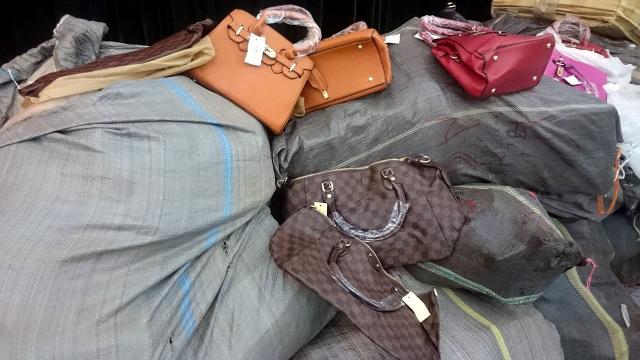 """Hơn 2.000 sản phẩm Dior, Hermes, Louis Vuitton """"nhái"""" bị tiêu hủy - 2"""