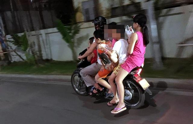 Hình ảnh khiến nhiều người giật mình lo lắng về sự an toàn của các cháu nhỏ.