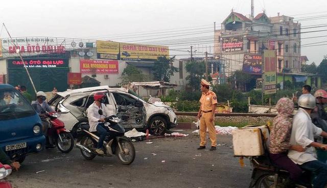 Chiếc ô tô màu trắng bị tông nát bét.