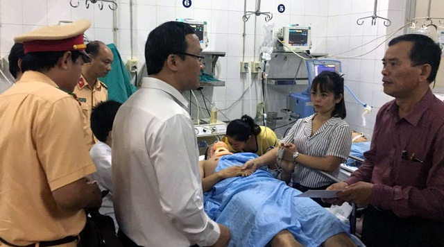 Ông Khuất Việt Hùng- Phó Chủ tịch Chuyên trách Uỷ ban An toàn giao thông Quốc gia - thăm hỏi, động viên gia đình các nạn nhân.