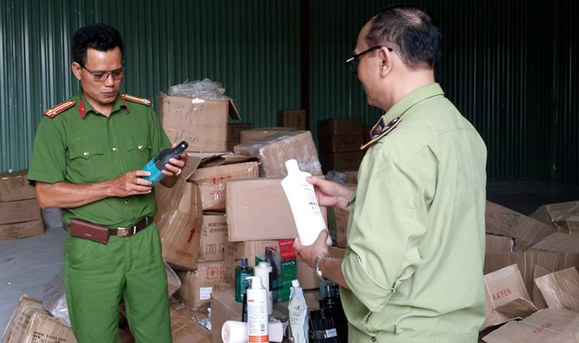 Lực lượng liên ngành kiểm tra số hàng hóa thu giữ.