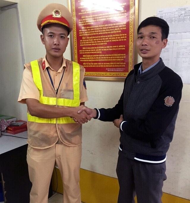 Anh Hoàn cảm ơn các chiến sĩ Đội CSGT số 3 đã hết mình vì nhân dân phục vụ.