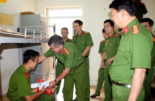 Lãnh đạo UBND TP Hà Nội và lãnh đạo Cảnh sát PCCC Hà Nội thăm hỏi, động viên 2 chiến sĩ bị thương trong quá trình chữa cháy.