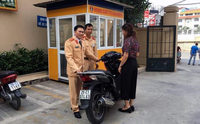 Chị Hiền đến trụ sở Đội CSGT số 3 nhận lại chiếc xe bỏ lại tối hôm trước.