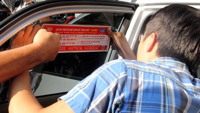 Hà Nội dán đề can tuyên truyền luật giao thông cho gần 20.000 xe taxi - 2