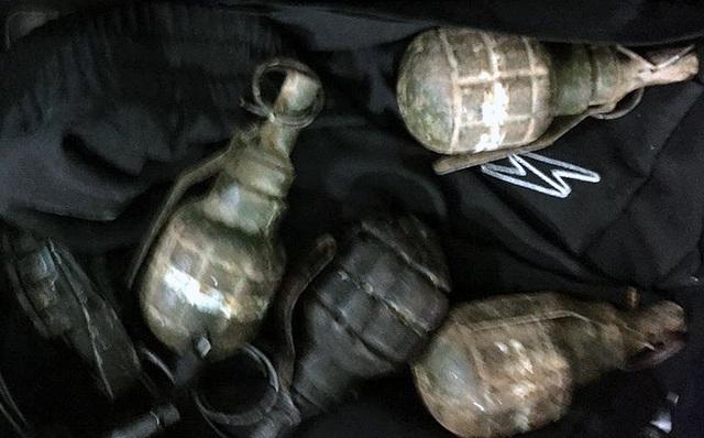 Số lựu đạn thu giữ tại nơi ở của Long cát.