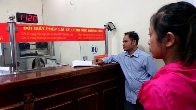 Sau khi rà soát hồ sơ, cán bộ làm thủ tục đổi GPLX sẽ chụp ảnh người dân ngay tại phòng làm thủ tục.