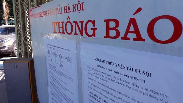 Ngay ở cổng trụ sở Sở GTVT Hà Nội (Phùng Hưng, Hà Đông), Sở Giao thông vận tải Hà Nội đã dán thông báo hướng dẫn người dân chi tiết về việc đổi giấy phép lái xe theo Thông tư 58 của Bộ GTVT.