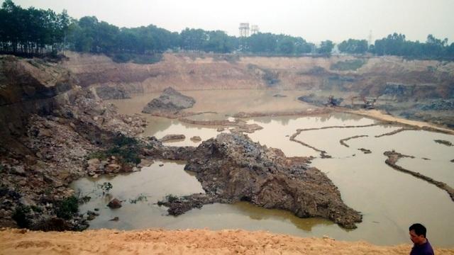 Cả khu đất rộng nhiều héc-ta bị múc sâu.