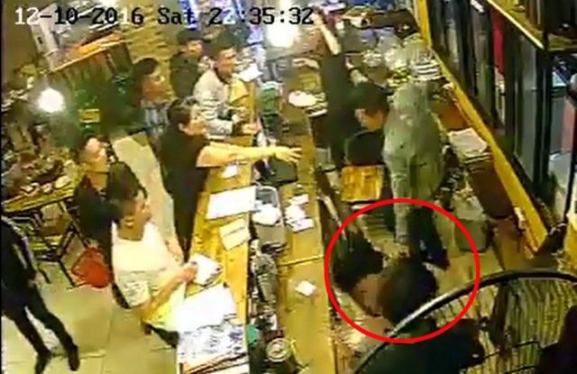 Nam thanh niên túm tóc, giật mạnh khiến nữ nhân viên ngã ngửa từ trên ghế xuống đất.