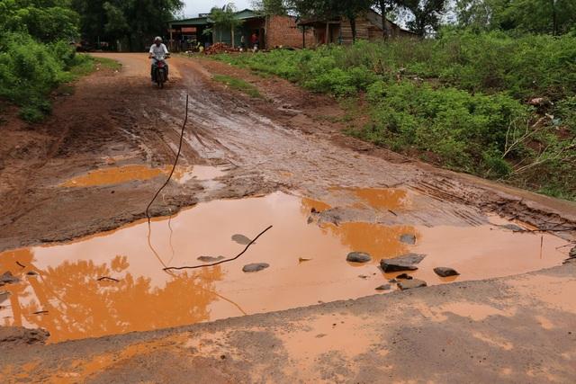 Khi nước rút thì đập tràn trơ ổ voi, sắt thép nhìn rất nguy hiểm