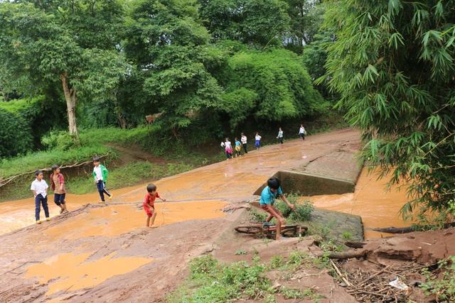 Mỗi khi mưa lớn về, học sinh lại nghỉ học