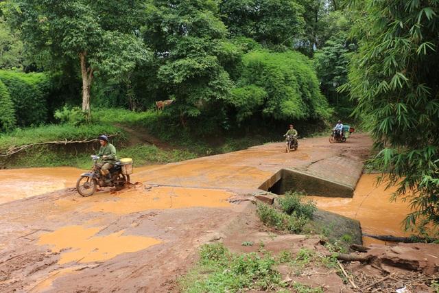 Người dân 3 làng phải đi qua đập tràn ở làng Krai này