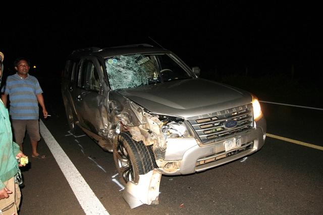 Chiếc ô tô bị hư hỏng phần đầu (Ảnh: VN)