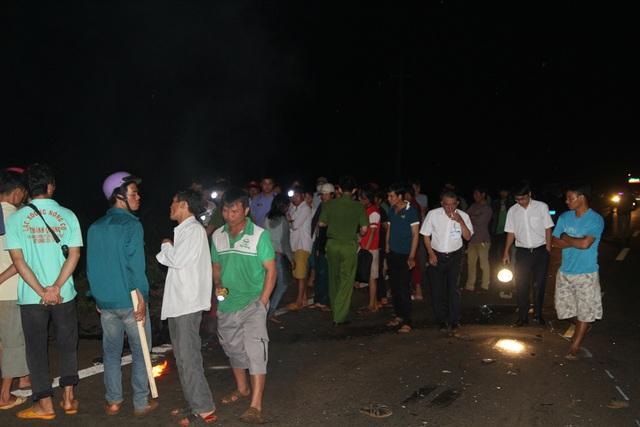 Người dân tập trung tại hiện trường vụ tai nạn (Ảnh: VN)