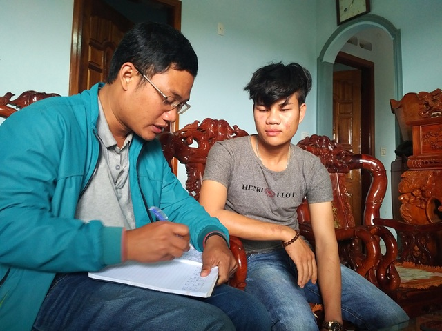 Anh Huy (bên phải) kể lại sự việc với báo chí
