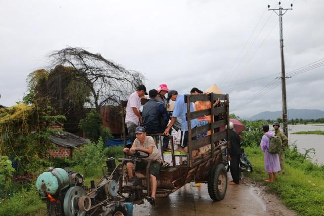 Người dân được đưa ra khỏi những chòi rẫy đang bị nước bao vây