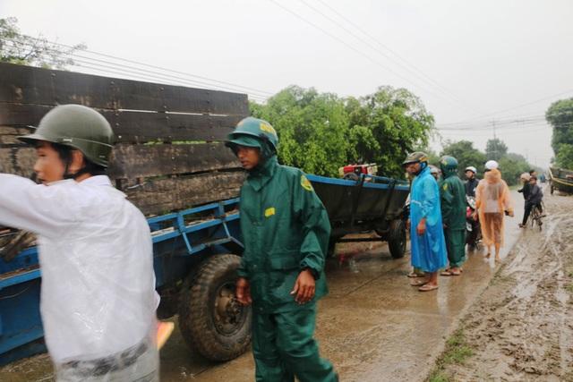 Lực lượng chức năng huyện Ia Pa cùng người dân đưa tài sản đến nơi an toàn để tránh lũ