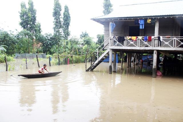 Nước tràn ngập chân nhà sàn của người dân