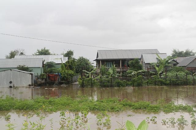 Nước bắt đầu tấn công vào nhà dân