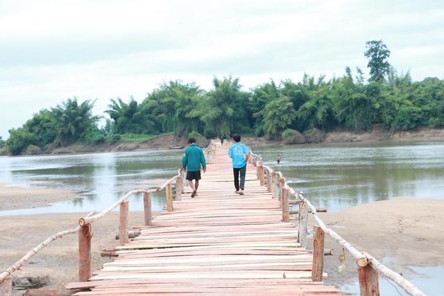 Cây cầu gỗ dài khoảng 100m do người dân tự góp tiền làm đã hoàn thành