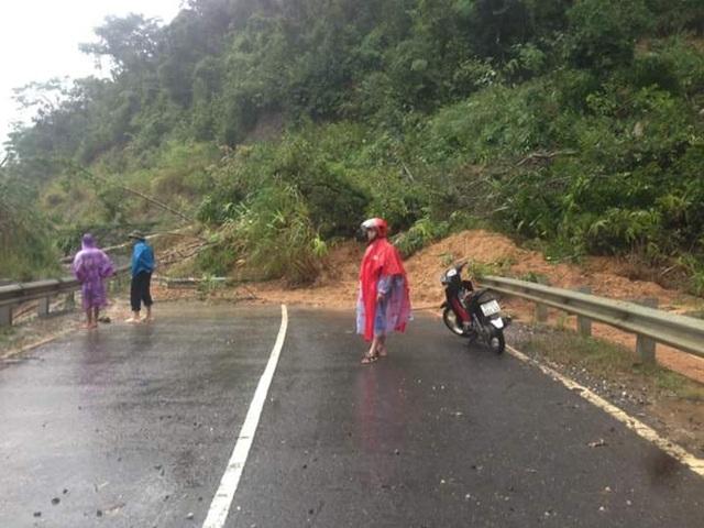 Đường Đông Trường Sơn bị sạt lở khiến người dân 5 xã bị cô lập (Ảnh: người dân cung cấp)