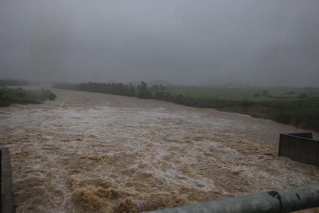 Hình ảnh xả lũ tại hồ An Khê vào lúc 16h chiều nay. (Ảnh: T.M)