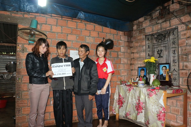Chị Nguyễn Thị Kim Hoa (bên trái) cùng ông Thắng (Trưởng thôn) thay mặt bạn đọc trao tặng số tiền hơn 60 triệu đồng đến bà Lê Thị Chi