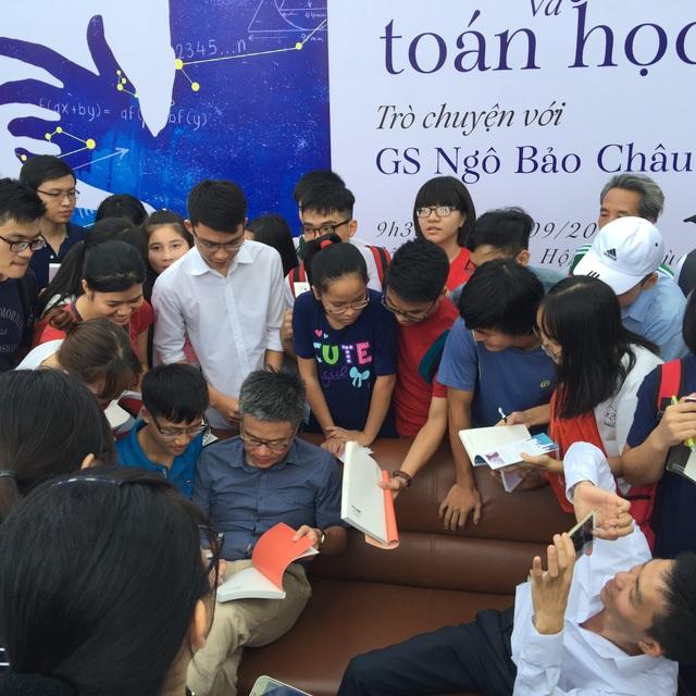 Nhiều độc giả nhỏ tuổi chờ đợi được GS Châu kí tặng (ảnh Mỹ Hà)