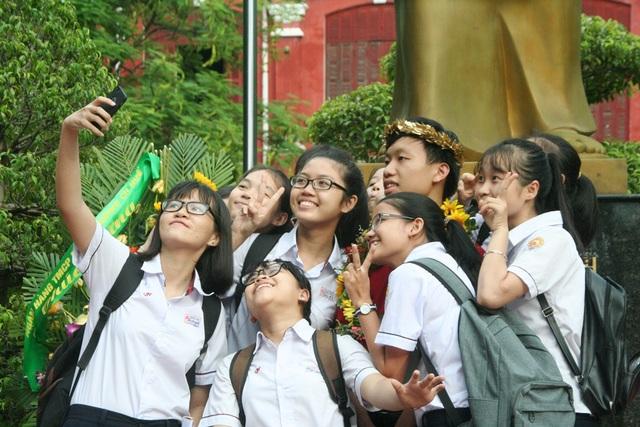 Học sinh THPT chuyên Quốc Học Huế chụp ảnh cùng một học sinh của trường vừa đoạt quán quân Olympia 2016 (ảnh Đại Dương)