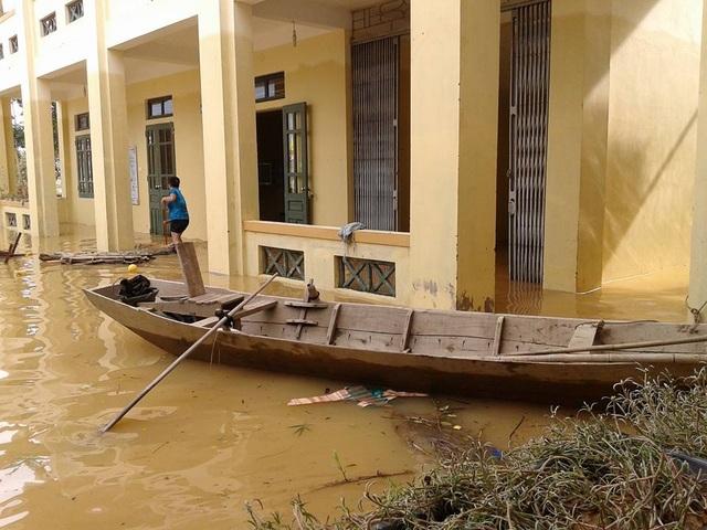 Tâm sự nhói lòng của giáo viên dầm mình dưới nước dọn lũ từ 3h sáng - 13