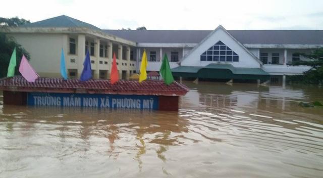 Tâm sự nhói lòng của giáo viên dầm mình dưới nước dọn lũ từ 3h sáng - 1