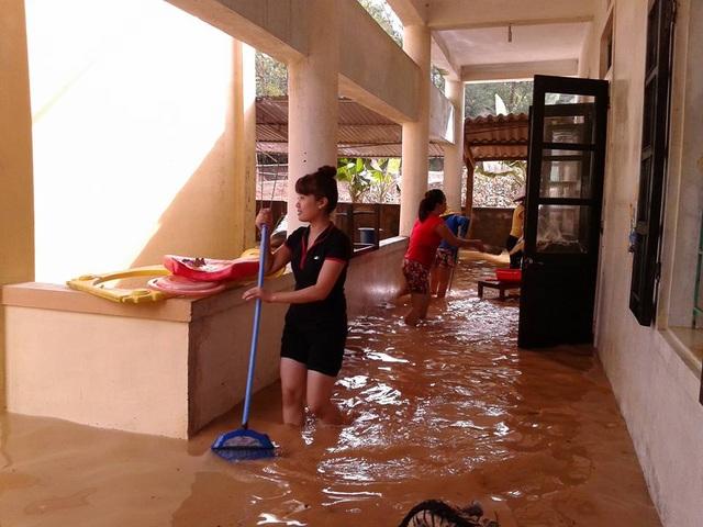 Tâm sự nhói lòng của giáo viên dầm mình dưới nước dọn lũ từ 3h sáng - 7