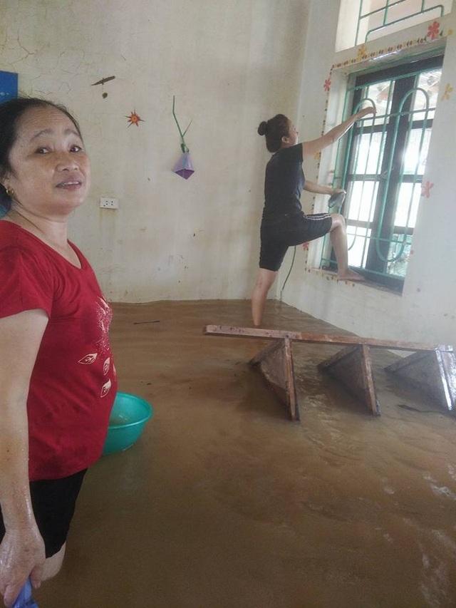Tâm sự nhói lòng của giáo viên dầm mình dưới nước dọn lũ từ 3h sáng - 8