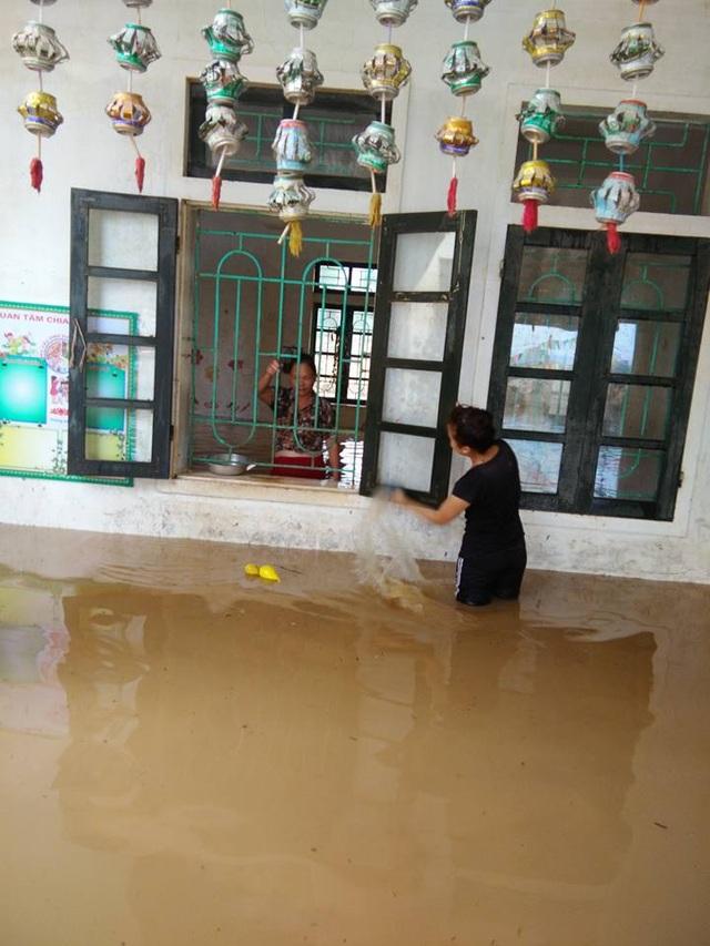 Tâm sự nhói lòng của giáo viên dầm mình dưới nước dọn lũ từ 3h sáng - 10