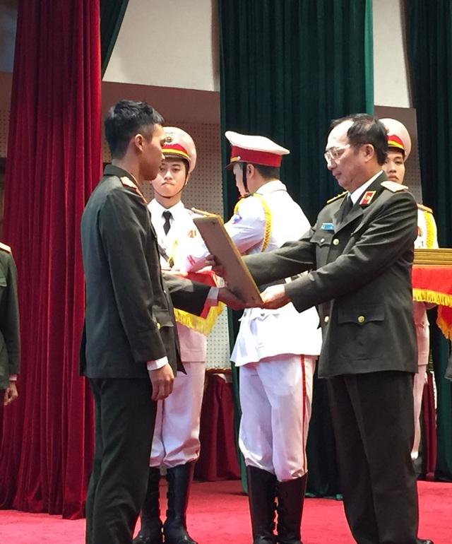 Thượng tướng Nguyễn Văn Thành trao bằng khen cho các học viên xuất sắc tại Lễ tuyên dương