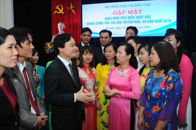 Bộ trưởng Phùng Xuân Nhạ cùng các giáo viên tại lễ tuyên dương (ảnh: Đăng Lương)