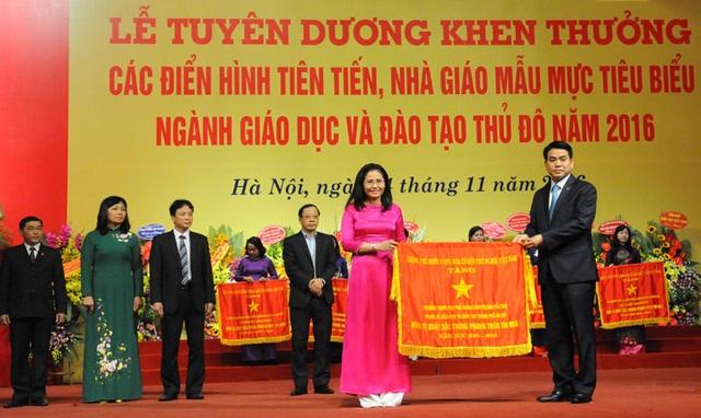 Chủ tịch UBND TP Hà Nội Nguyễn Đức Chung tặng cờ thi đua Chính phủ cho các đơn vị có thành tích xuất sắc. (Ảnh: KTĐT)
