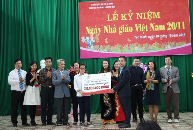 TS. Đồng Xuân Đảm – Viện trưởng Viện ĐTQT trao học bổng của Nhà trường cho em Đặng Thị Huyền