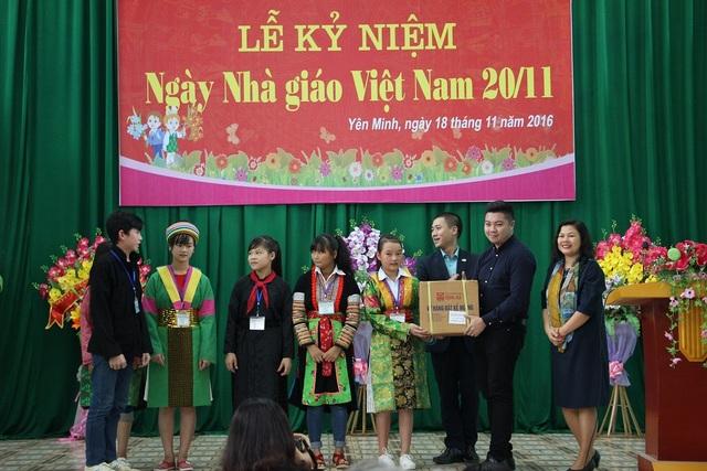 Dịp này, Viện ĐTQT trao tặng 1.200 phần quà cho các em học sinh Trường THPT Nội trú cấp 2-3 Yên Minh, Hà Giang.
