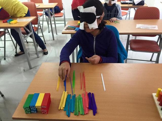 Học sinh nhận biết màu sắc tại một lớp học kích não