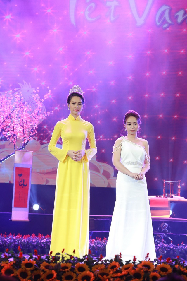 Giám đốc PT Casa Phạm Thu Hà (phải) và Hoa hậu Biển 2016 trong Gala Tết Vạn lộc 2.