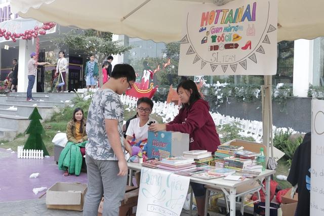 Nhiều sách và đồ chơi cũ cũng được quyên góp để mang đến hội chợ